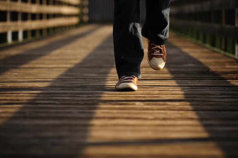 Füße auf einer Brücke
