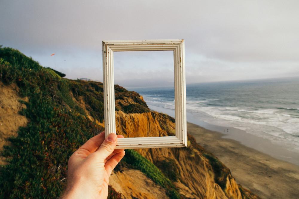 Blick auf Meer durch Bilderrahmen